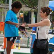 Drica Moraes brinca com o filho, Matheus, em parque ao ar livre no Rio