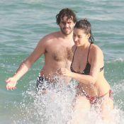 Giselle Itié mostra corpão e troca carinhos com Guilherme Winter em praia do Rio