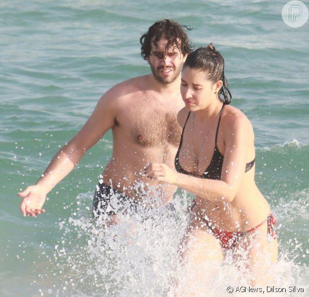 Giselle Itié e Guilherme Winter curtiram a praia da Barra da Tijuca, no Rio, neste domingo, 16 de outubro de 2016