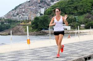 De shortinho, Glenda Kozlowski exibe boa forma durante corrida pela orla carioca