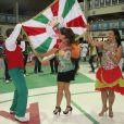 Paloma Bernardi sambou segurando a bandeira da escola