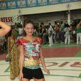 Usando um shortinho curto, Paloma Bernardi mostrou que tem samba no pé