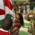 Como forma de agradecimento e para mostrar o seu amor pela escola, Paloma Bernardi beijou a bandeira da Grande Rio