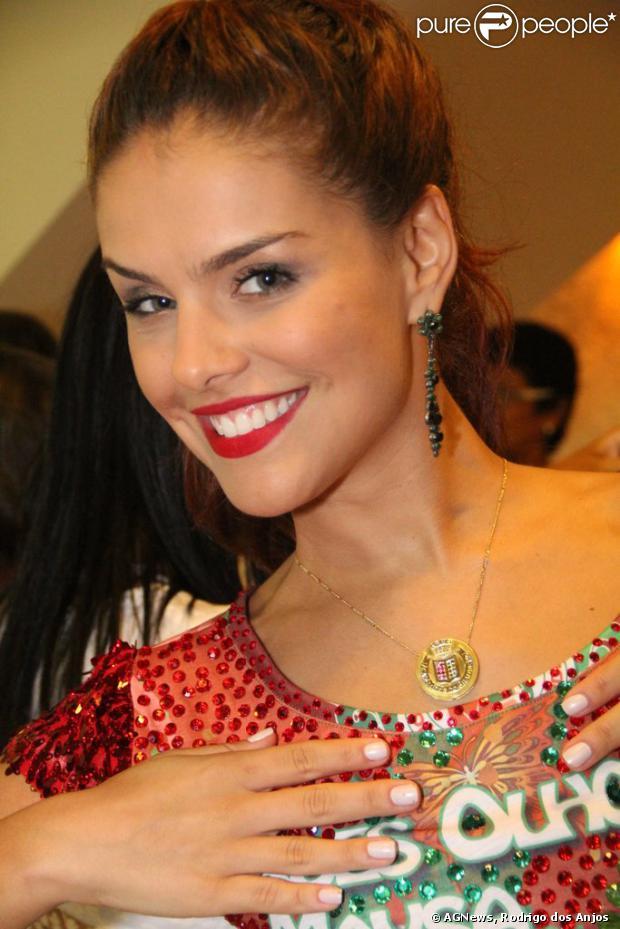 Paloma Bernardi marcou presença na quadra da Grande Rio na noite de terça-feira, 17 de dezembro de 2013