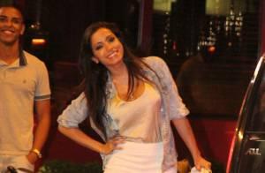 Anitta janta com grupo de amigos em restaurante do Leblon, no Rio
