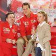 Michael Schumacher posa com uniforme junto à equipe da Ferrari; ex-piloto sofreu acidente de esqui neste domingo, 29 de dezembro de 2013