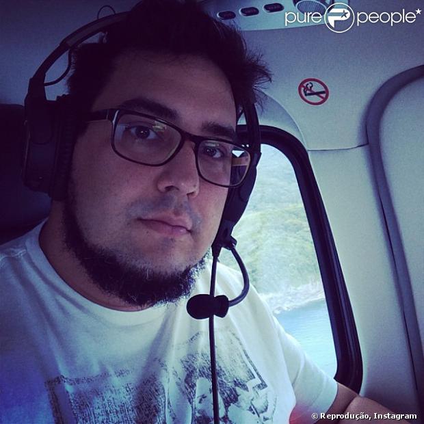 Na segunda-feira (30), André Marques postou foto em um helicóptero voltando de Maresias para o Rio de Janeiro. Na imagem, o ator aparece com o rosto bem mais fino
