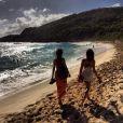 """Isis e Thaila caminharam pela areia da praia da paradísiaca ilha caribenha. """"Paradise"""", legendou a foto postada no Instagram"""