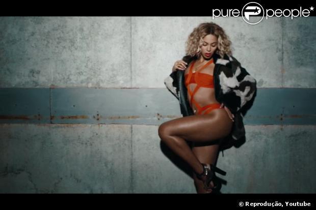 Beyoncé perdeu 30kg após a gravidez. A cantora fez questão de mostrar o resultado do esforço para emagrecer tirando a roupa em seus clipes