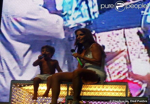 Ivete Sangalo bateu papo com o filho, Marcelo, de 3 anos, durante show na Praia do Forte, na Bahia, na noite de sábado, 5 de janeiro de 2013