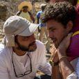 José Luiz Villamarim orienta Cauã Reymond antes do ator começar entrar em cena, em 'Amores Roubados'