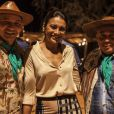 Dira Paes posa ao lado da dupla de emboladores pernambucanos Caju e Castanha, nos bastidores de 'Amores Roubados'
