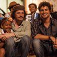 Cauã Reymond e Thierry Tremouroux posam juntos enquanto esperam para gravar suas cenas de 'Amores Roubados'