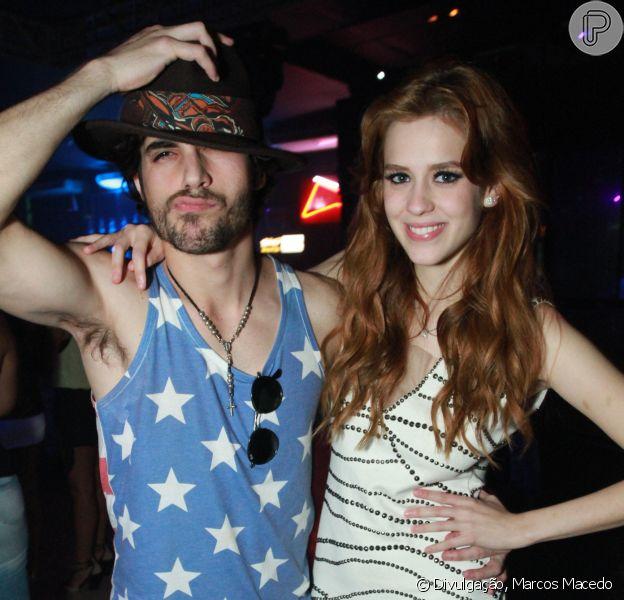 Sophia Abrahão e Fiuk cantaram juntos em uma boate no Rio de Janeiro. O casal curtiu a noite de domingo, dia 12 de janeiro de 2014, ao lado do grupo de pagode 'Pura Amizade'
