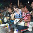 O casal animou o público ao cantar com o grupo 'Pura Amizade' em uma boate carioca