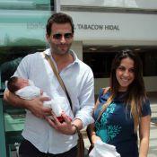 Henri Castelli e a namorada deixam maternidade com a filha, Maria Eduarda, em SP