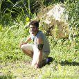William (Thiago Rodrigues) foge da Comunidade pela mata e se desespera ao se dar conta de que perdeu seu mapa, em 'Além do Horizonte), em 20 de janeiro de 2014