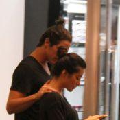 Cleo Pires e Rômulo Neto desfilam roupa e penteado iguais em passeio no shopping