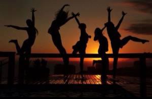 Grazi Massafera aparece pulando em foto com Anna Lima e Fabíula Nascimento