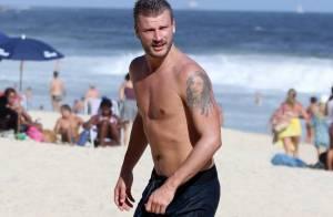 Rodrigo Hilbert curte praia, joga vôlei e posa para fotos com fãs
