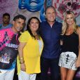 Roberto Justus é homenageado e curte ensaio técnico da escola de samba Rosas de Ouro com a namorada, Ana Paula Siebert, em São Paulo, em 31 de janeiro de 2014