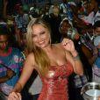 Ellen Rocche, rainha de bateria sa Rosas de Ouro, mostra samba no pé