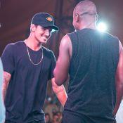 Solteiro, Gabriel Medina curte férias em Jurerê com show do Thiaguinho