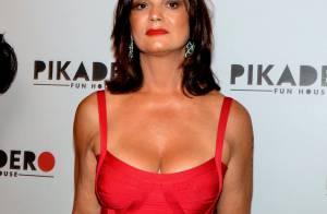 Em forma aos 51 anos, Luiza Brunet chama atenção com vestido justo e decotado