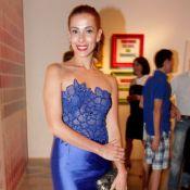 Tania Khalill usa vestido justo e faz as unhas em evento realizado em São Paulo