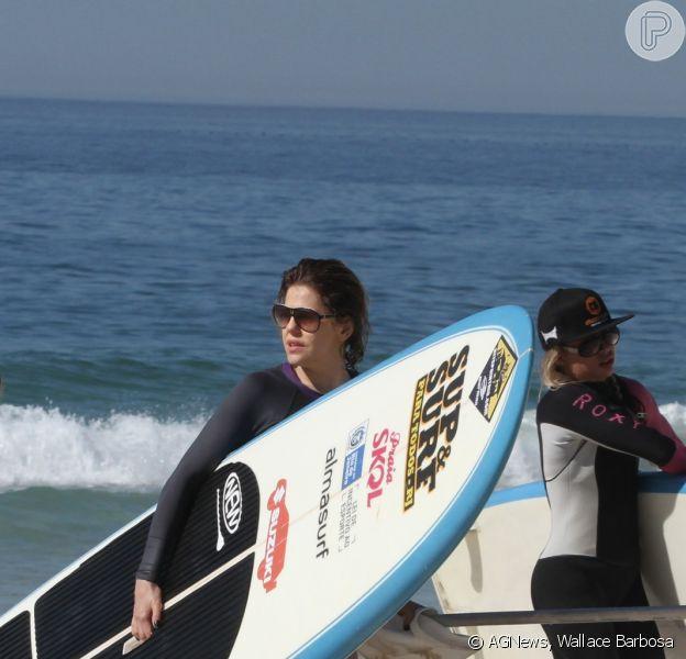 Barbara Paz aproveita a manhã desta quinta-feira, 6 de fevereiro de 2014, para praticar Stand Up Paddle na praia da Barra da Tijuca, Zona Oeste do Rio de Janeiro