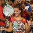 Paloma Bernardi já foi apresentada à comunidade de Duque de Caxias e se divertiu ao som da bateria da escola de samba