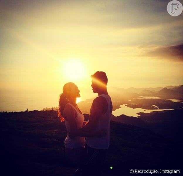 José Loreto, que está sempre se declarando para a amada, aproveitou de um momento super romântico e publicou em seu instagram o pedido de casamento para a amada, Débora Nascimento: 'Te amo. Casa comigo?'. E ela, em resposta, respondeu: 'Até meu último suspiro'
