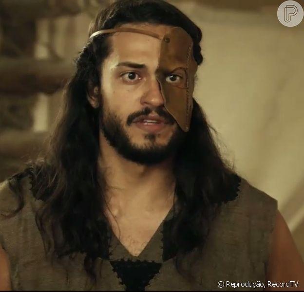 Tobias (Raphael Vianna) diz a Adonizedeque (Mário Frias) que pode trair o seu povo para não ser morto, no capítulo desta sexta-feira, 3 de março de 2017, da novela 'A Terra Prometida'