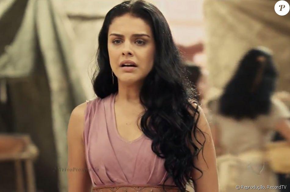 Samara (Paloma Bernardi) começa a dar sinais de loucura após a morte do pai, Quemuel (Raymundo de Souza), na última semana da novela 'A Terra Prometida'