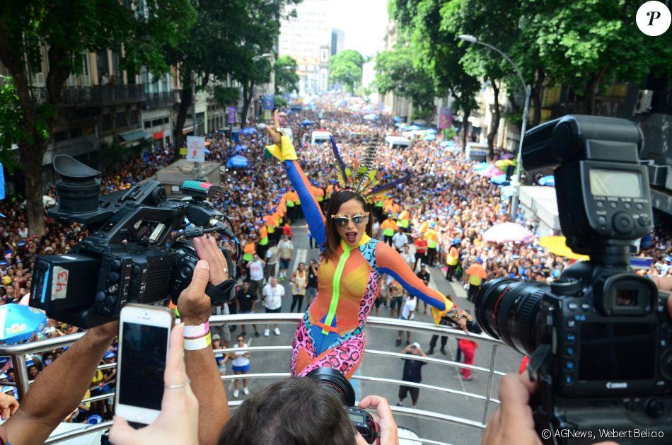 O look escolhido por Anitta para comandar o Bloco das Poderosas neste sábado, 4 de março de 2017, foi criticado nas redes sociais