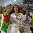Fátima Bernardes fez selfies com fãs no desfile de carnaval da Grande Rio