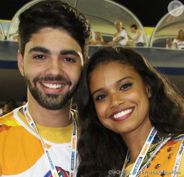 Aline Dias voltou a Sapucaí com o namorado, Rafael Cupello, na noite deste sábado, 4 de março de 2016, após levar um susto durante o desfile da Unidos da Tijuca