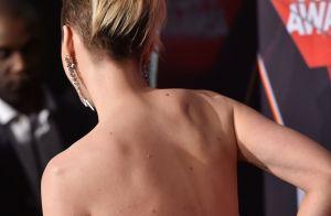 Katy Perry mostra novo visual com os cabelos curtinhos em premiação