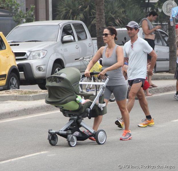 Guilhermina Guinle passeou com a filha, Minna, de 5 meses, e o marido, Leonardo Antonelli, na orla da praia de Ipanema, Zona Sul do Rio de Janeiro, neste domingo, 16 de fevereiro de 2014