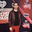Joe Jonas mostrou estilo com seu look no tapete vermelho do iHeartRadio Music Awards, que aconteceu na Califórnia, Estados Unidos, na noite deste domingo, 5 de março de 2017