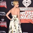 A cantora usou um longo branco co  m detalhes metálicos no iHeartRadio Music Awards, que aconteceu na Califórnia, Estados Unidos, na noite deste domingo, 5 de março de 2017