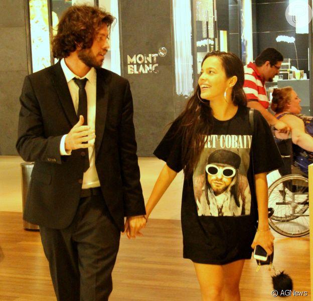 Mayla foi clicada de mãos dadas com o empresário Diego Aguiar durante passeio no shopping na noite desta segunda-feira, 6 de março de 2017