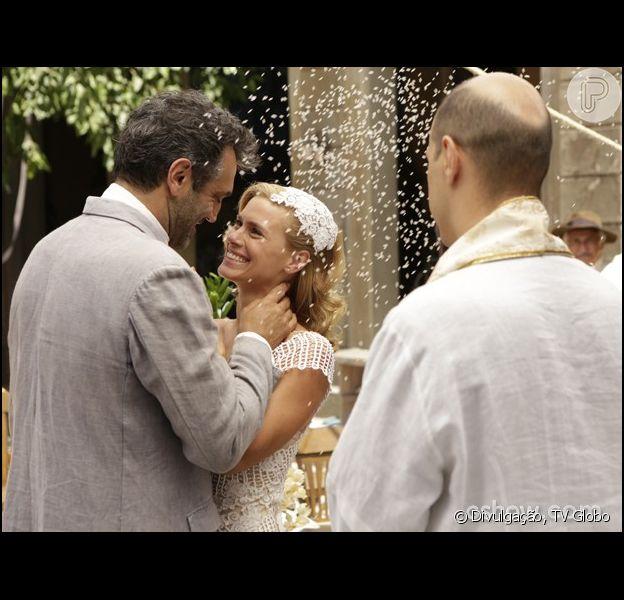 Iolanda (Carolina Dieckmann) e Mundo (Domingos Montagner) se casam no cortiço, em 'Joia Rara', em 19 de fevereiro de 2014