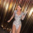 Adriane Galisteu usa vestido com fenda produnda e deixa pernas de fora