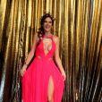 Alessandra Ambrósio vai de vestidão decotado ao evento de gala da Vogue em São Paulo