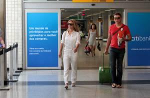 Vestindo macacão branco, Carolina Dieckmann é tietada por fãs em aeroporto em SP