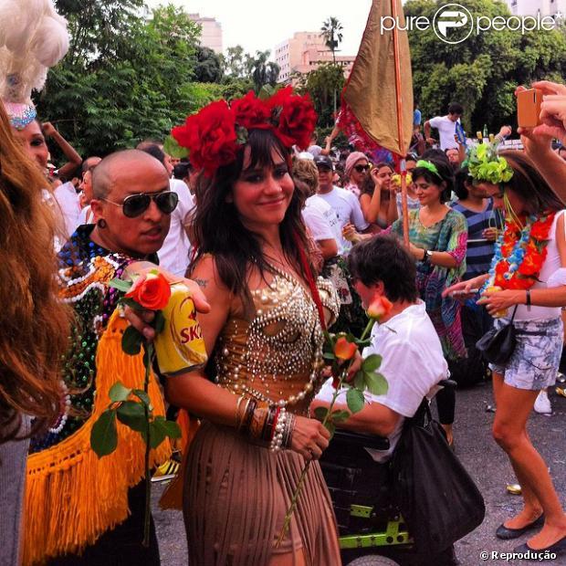 Alessandra Negrini e Leandra Leal pularam carnaval no bloco Acadêmicos do Baixo Augusta, em São Paulo
