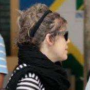 Bárbara Paz é vista com falhas no cabelo no aeroporto de Congonhas, em São Paulo