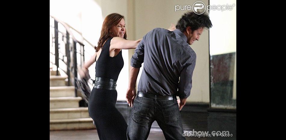 Helena (Julia Lemmertz) se recusa a perdoar Laerte (Gabriel Braga Nunes) e lhe dá uma bofetada, na novela 'Em Família', em 3 de março de 2014