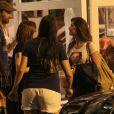 Alinne Moraes conversa com amigos na parte externa do restaurante
